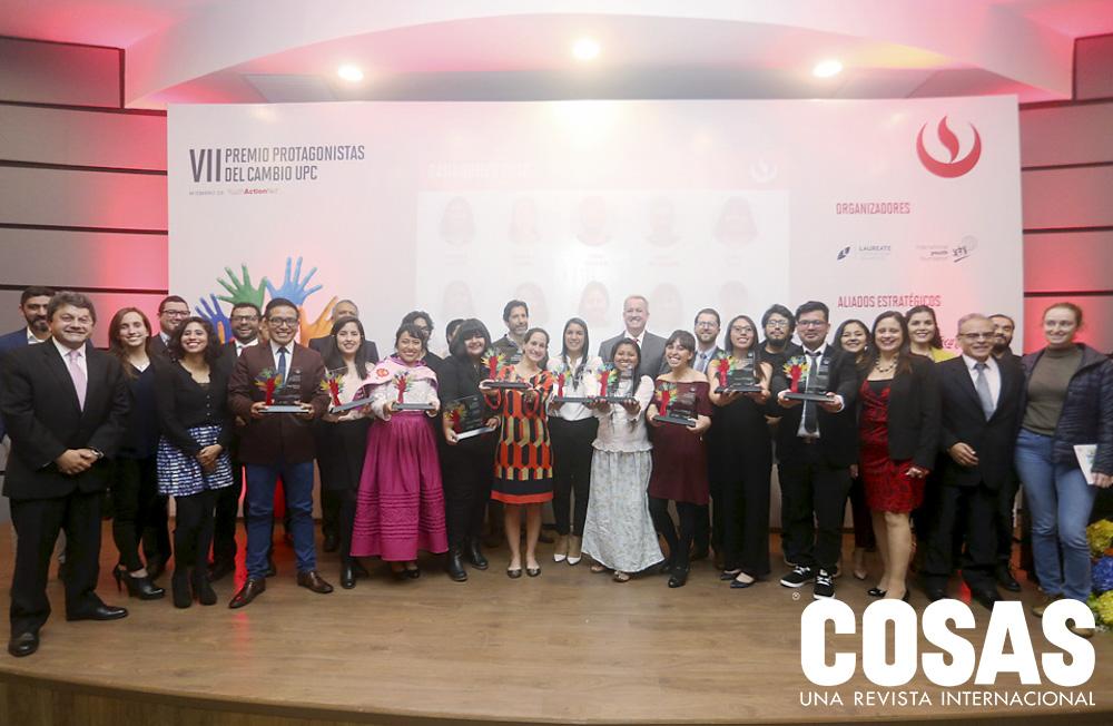 Autoridades, jurado y organizaciones aliadas junto a los 10 ganadores de la séptima edición del Premio Protagonistas del Cambio UPC.