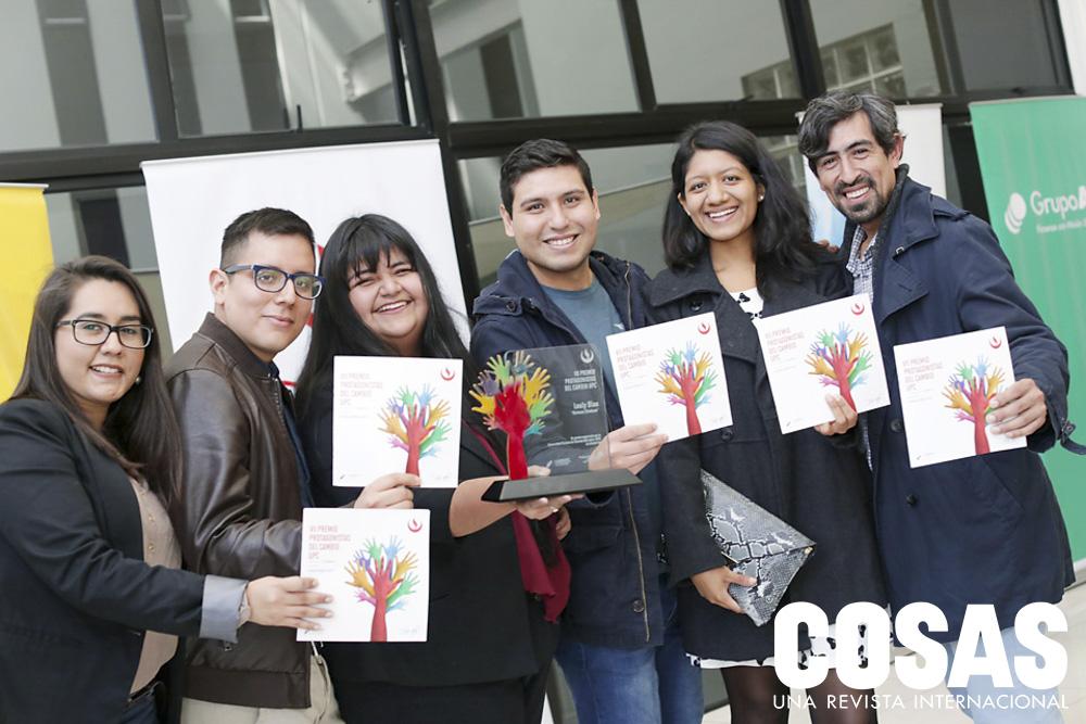 Lesly Blas, una de las ganadoras del Premio Protagonistas del Cambio, junto a invitados del evento.