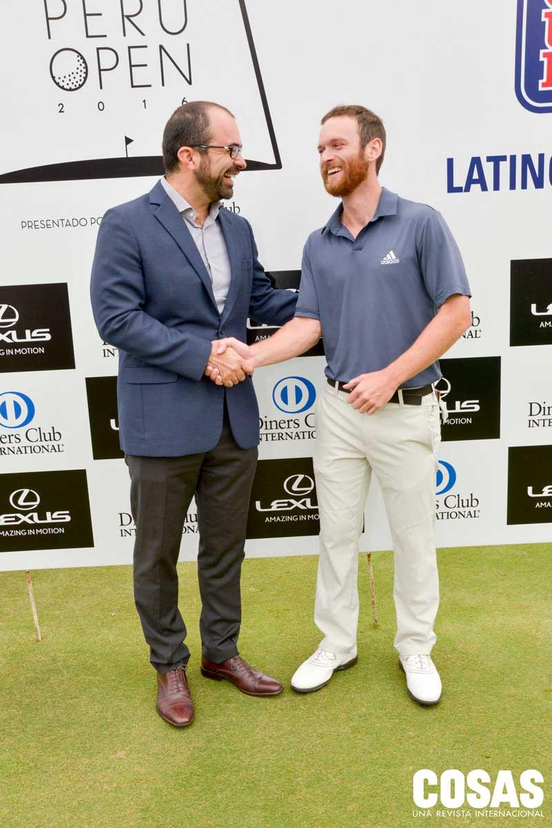 Pío Rosell de Diners Club junto al ganador del torneo, Tyler McCumber.