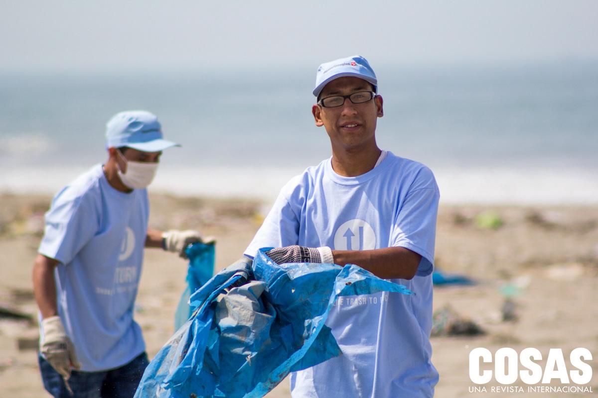 Colaboradores de Hunter Douglas en playa Costa Azul.