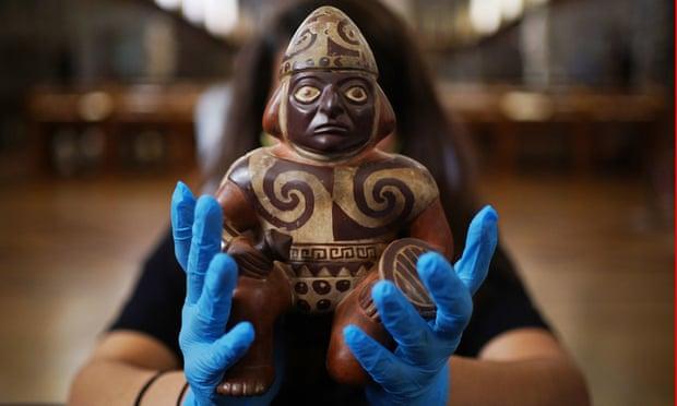Vasija de cerámica pintada con forma de guerrero sosteniendo un garrote y un escudo de los Moche, 100-600 d.C. Fotografía: Yui Mok / PA