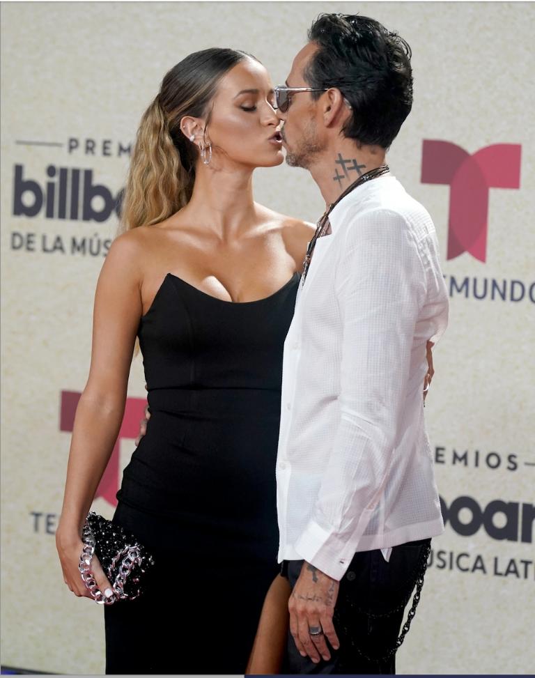 Marc Anthony y su novia Madu Nicola se besan en la alfombra roja de los Premios Billboard de la Música Latina 2021. Cerraron los labios en la alfombra roja. AP